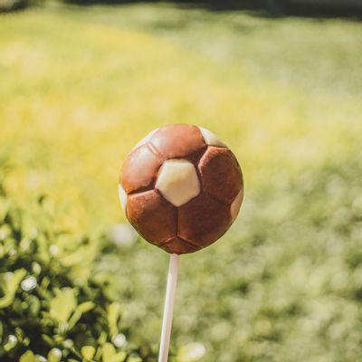 pirulito-bola-de-chocolate-ao-leite-e-branco-lugano-30g-ambientada
