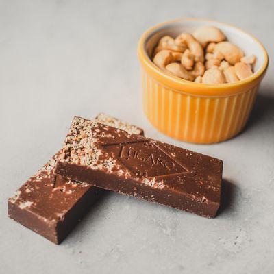 barra-de-chocolate-ao-leite-lugano-com-castanha-de-caju-25g-ambientada