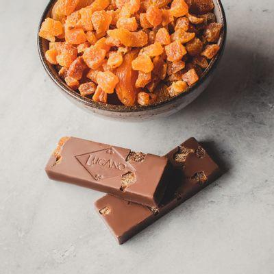 barra-de-chocolate-ao-leite-lugano-com-damasco-25g-ambientada