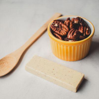 barra-de-chocolate-branco-lugano-com-nozes-25g-ambientada