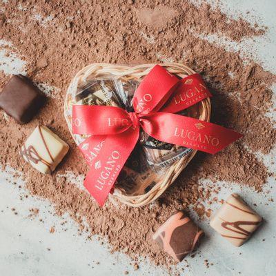 cesta-de-chocolate-lugano-coracao-4-bombons-sortidos-52g-ambientada