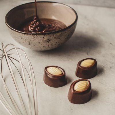 bombom-cremoso-de-chocolate-ao-leite-amendrado-13g-ambientada