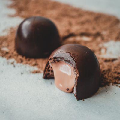 trufao-de-chocolate-ao-leite-lugano-recheado-sabor-morango-35g-ambientada
