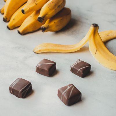 bombom-recheado-de-chocolate-ao-leite-lugano-sabor-banana-13g-ambientada