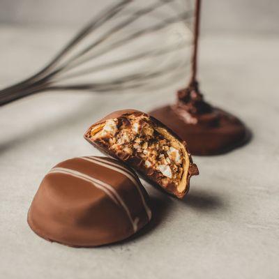 bombom-de-chocolate-ao-leite-lugano-com-torrone-17g-ambientada