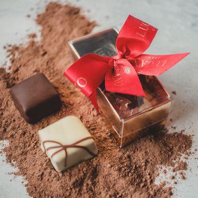 caixa-de-bombons-de-chocolate-lugano-recheados-sortidos-26g-ambientada