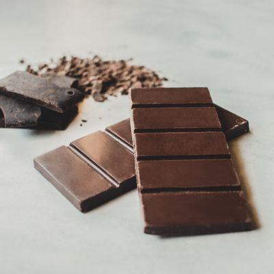barra-de-chocolate-meio-amargo-lugano-40g-ambientada