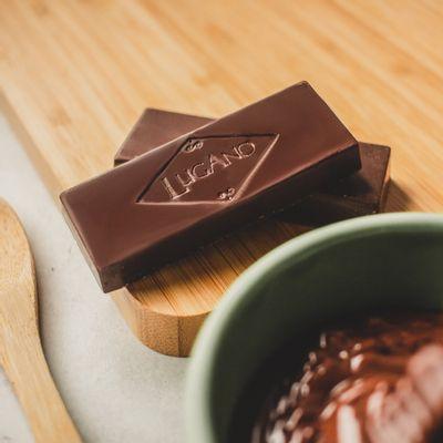 barra-de-chocolate-meio-amargo-lugano-25g-ambientada