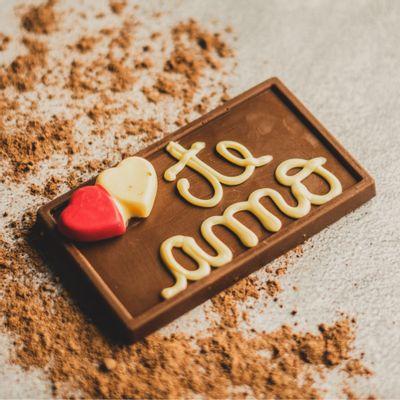 plaquinha-de-chocolate-ao-leite-lugano-te-amo-70g-ambientada