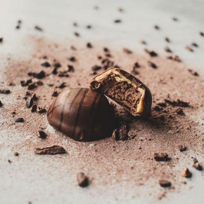 bombom-de-chocolate-ao-leite-lugano-recheado-de-praline-17g-ambientada