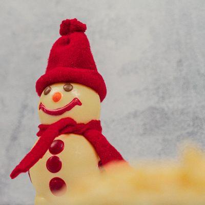 boneco-de-neve-de-chocolate-branco-lugano-90g-ambientada
