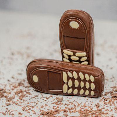 celular-de-chocolate-ao-leite-lugano-50g-ambientada