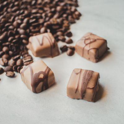 bombom-recheado-de-chocolate-ao-leite-lugano-sabor-cafe-13g-ambientada