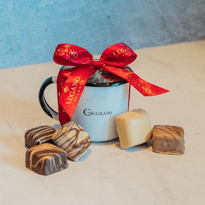 caneca-esmaltada-branca-com-5-bombons-de-chocolate-lugano-recheados-sortidos-65g-ambientada