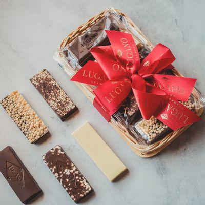 cesta-de-chocolate-lugano-10-barras-sortidas-250g-ambientada